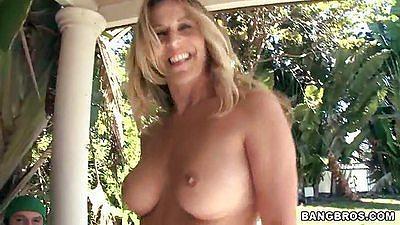 Hot ass milf Gianna Phoenix sucking dick