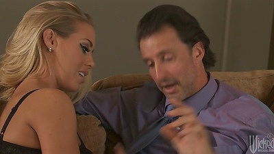Blonde babe Nicole Aniston knows what cock she likes